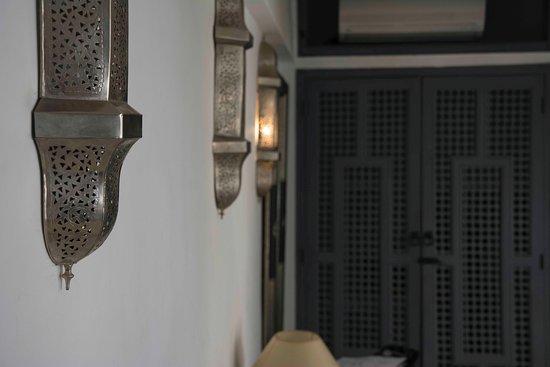 Riad Adore: Auch im Detail ein Hingucker - Lampen auf beiden Seiten des Zimmers