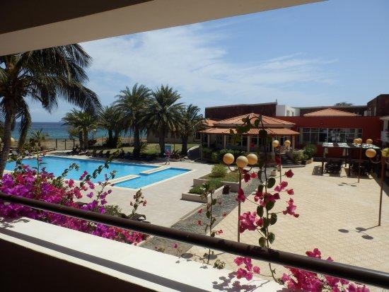 Pestana Tropico Hotel : Blick vom Balkon auf Pool, Meer und die Bar (gegenüber)