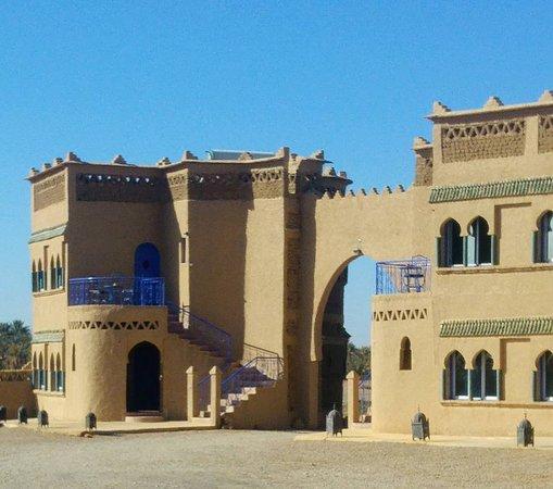 Ksar Bicha: A gauche en haut notre chambre avec terrasse vue imprenable sur les dunes