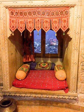 Hotel Rajmandir : Loggia in camera con vista sulla città