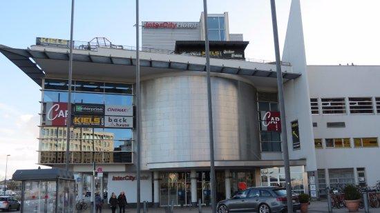 IntercityHotel Kiel: Giant Garbage Pail entrance