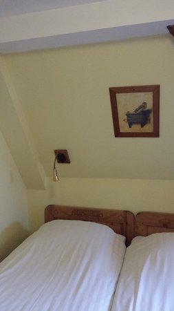 Hotel de Emauspoort: Remarquer le manque d'espace entre le lit de gauche et le mur)