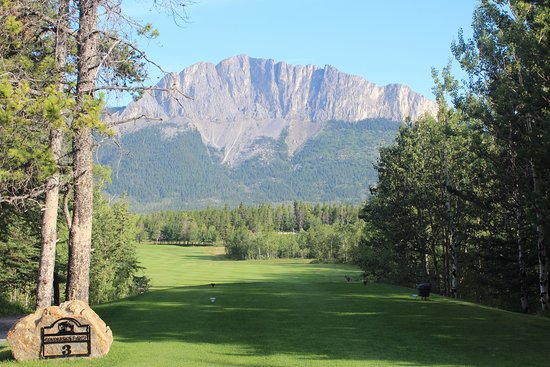 Seebe, Canada: Hole #3 with Mt. Yamnuska