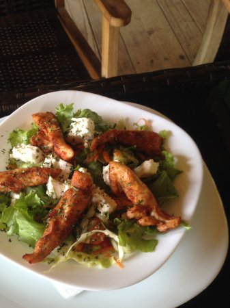 Grenville, Γρενάδα: Greek Salad with Chicken