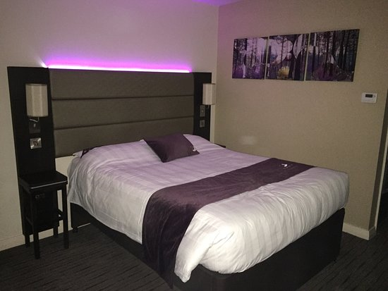 Premier Inn Silverstone: Modern and comfy bedroom.