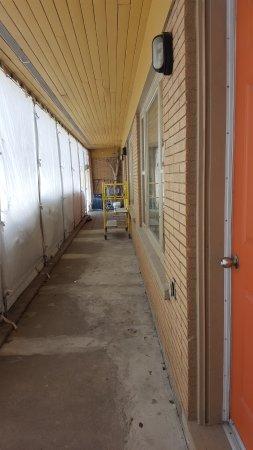 Motel des Berges: Travaux à l'entrée des chambres- Renovation outside