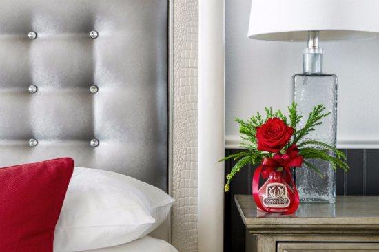 Lookout Point Lakeside Inn: Paris room