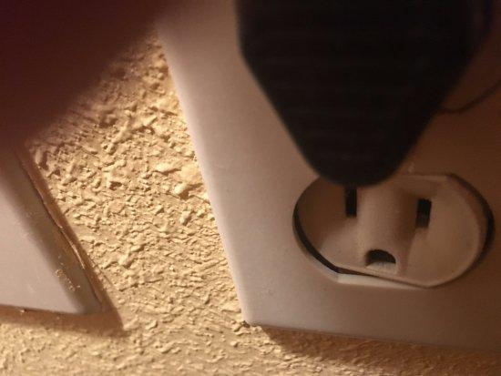 North Attleboro, ماساتشوستس: Messed up wall plug
