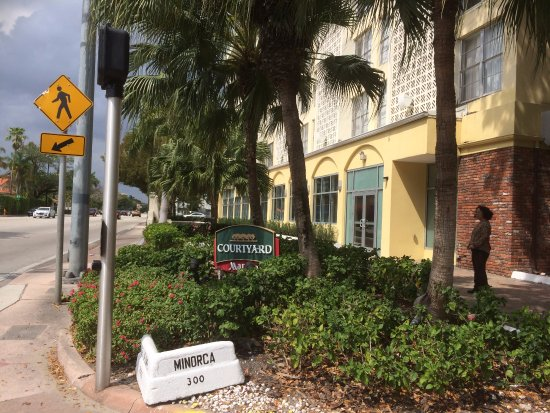 Courtyard Miami Coral Gables: The Signage