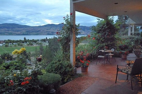 Apple Blossom Bed & Breakfast: View of the gardens and lake from the patio