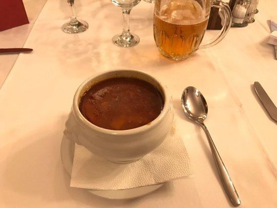 Voros Postakocsi Restaurant : Hemos probado el típico Goulash húngaro. Nos ha gustado. Servicio bueno y sitio con ambiente clá