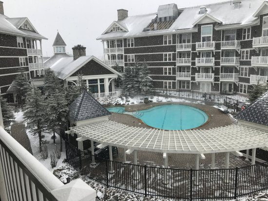 Snowshoe, Virginia Barat: Photo taken from balcony of room toward the swimming pool, which is heated.