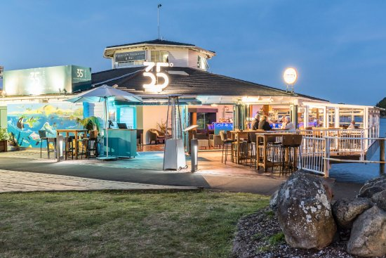 35 Degrees South Aquarium Restaurant & Bar: Seafood Restaurant over the water Paihia