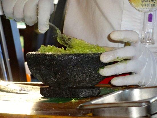 Carlos'n Charlie's Cancun: guacamole prepare table side