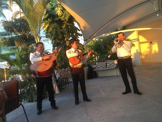 هيلتون بويرتو فالارتا ريزورت أول إنكلوسف: Band playing during dinner at Sea Fire