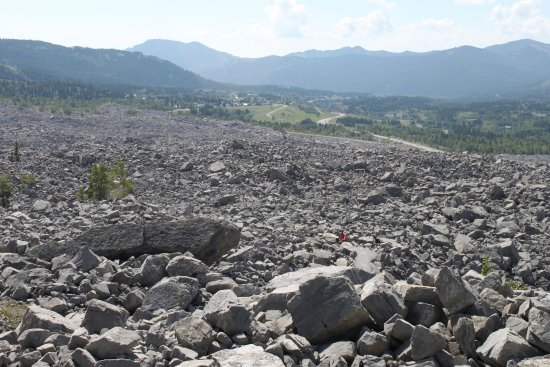 Crowsnest Pass, Καναδάς: Frank slide with a mountain biker on the trail through the rock fall