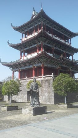 Ganzhou, Cina: Pavilion and statue