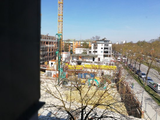 Ibis Muenchen City Nord: Big construction site just right to the hotel.
