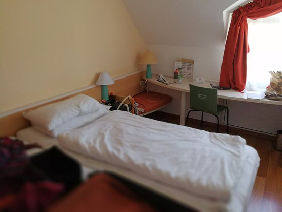 Ibis Muenchen City Nord: My room, with the very hard bed.