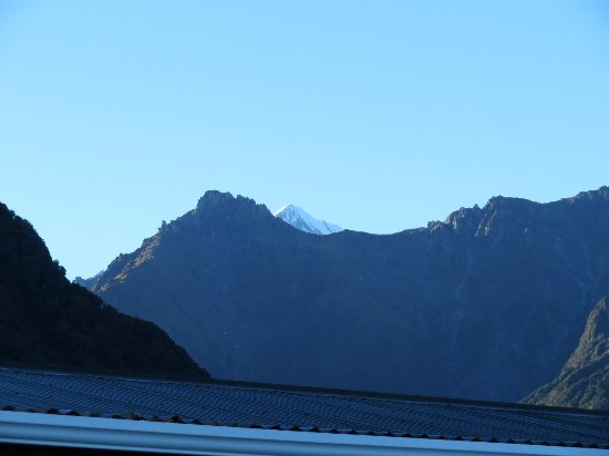 Lake Matheson Motel: You can see the summit of Mt Cook from the car park
