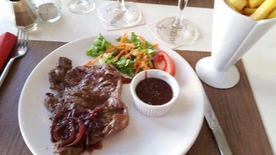 Montmoreau-Saint-Cybard, Frankrijk: faux filet sauce échalotte frites à la graisse