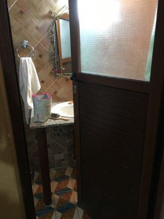 Maison d'Hotes Kasbah Taborihte: De badkamer deur gaat niet helemaal open, dikke mensen kunnen er niet in