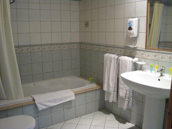 Grand Hotel Gozo: Spacious bathroom