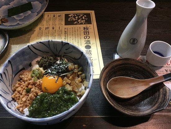 Kamakuranosato: 秋田の名産品をてんこ盛りにした「秋田めし」というご飯です。