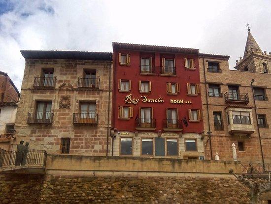 Hotel Rey Sancho: fachada exterior, recepción por la parte de atrás.