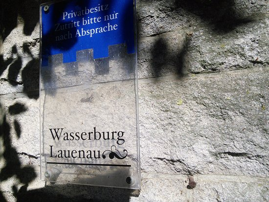 Lauenau, Alemania: The castle name plate with a notice.