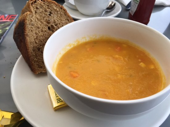 Chalfont St. Giles, UK: Soup special, too big a bowl for the portion. I haven't started it yet.