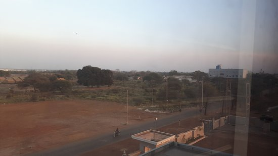 Rajnandgaon, Indie: If only this factory could be replaced with a good park!