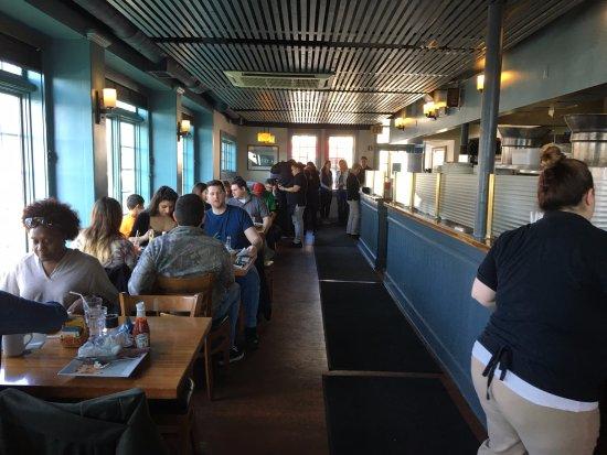 Skaneateles, Nova York: Blue Water Grill - view towards front door
