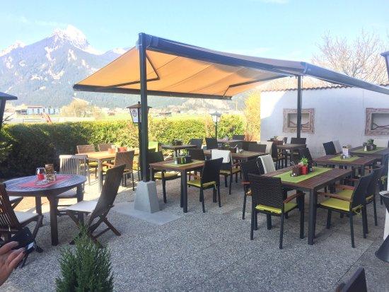 Breitenwang, Austria: Das Restaurant Mühlerhof verfügt über einen schönen sonnigen großen Gastgarten. Ein Kinderspielp