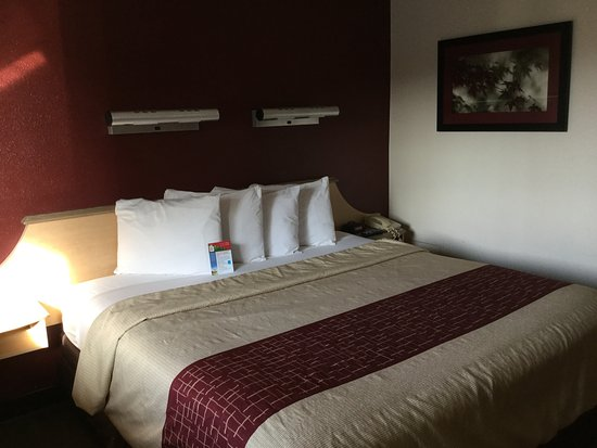 Red Roof Inn Louisville East: Queen Or King Bed.