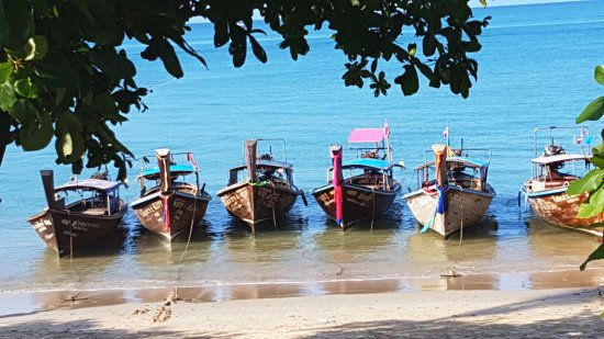 Phra Nang Inn: Ao Nang beach and long tail boats, right next to the hotel