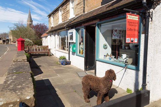 Kingsbarns, UK: Charming Vintage and Gift Shop with Tearoom.