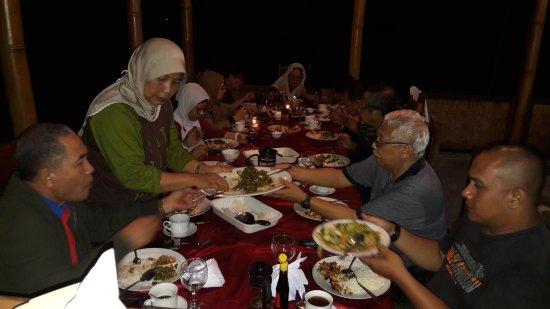 Nikmati makan malam dengan hidangan special menu lokal moni  .. the best in moni..