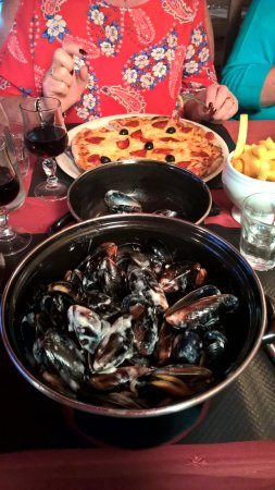 Le Relais d'Ans: a steaming pot of delicious mussels, wife's pizza in the background