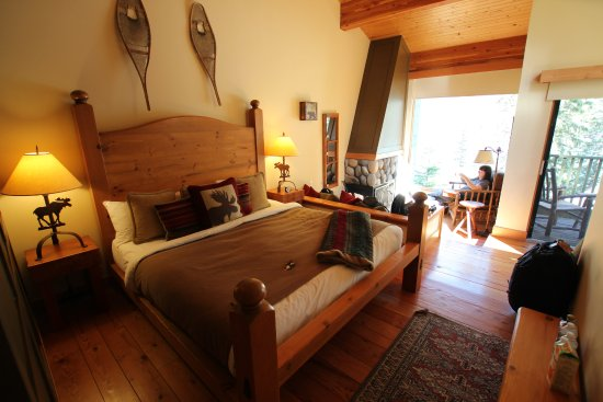 Moraine Lake Lodge: Deluxe King Cabin showing large bed and sunken lounge behind. Superb!