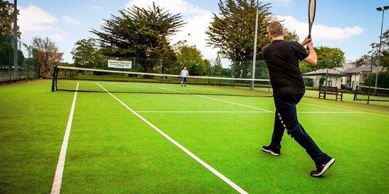 The Gleneagle River Apartments: Gleneagle Hotel & River Apartment Tennis Courts
