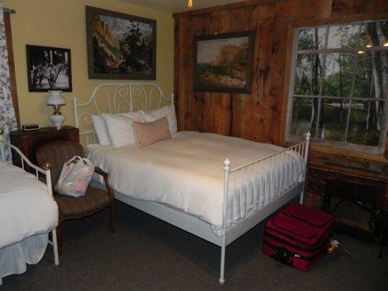 Midpines, Califórnia: Queen bed in Glacier A