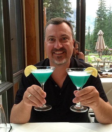 Moraine Lake Lodge: Time for a couple cocktails. These were called Moraine Lake... Obviously...