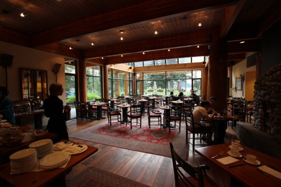 Moraine Lake Lodge: View into the restaurant area. Exclusive to guests for breakfast and dinner.
