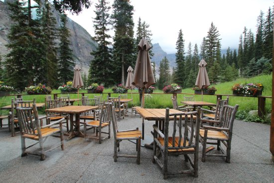 Moraine Lake Lodge: Looking out of the window from the restaurant.