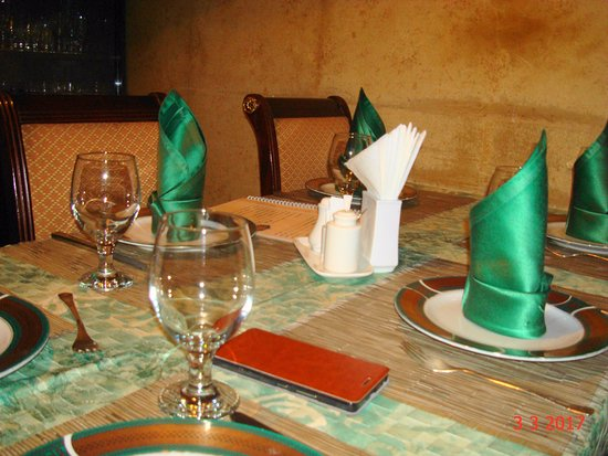 At Gayane's : Стол для гостей