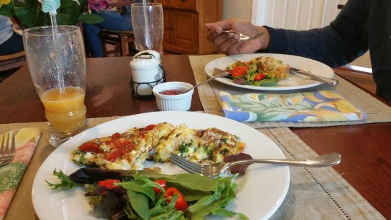 Pawling, NY: Scrambled eggs with sausage, brocoli, and other stuff, plus mesclun salad and tomatoes