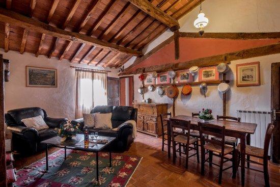 Fattoria del Colle - Agriturismo: Soggiorno appartamento con tre camere