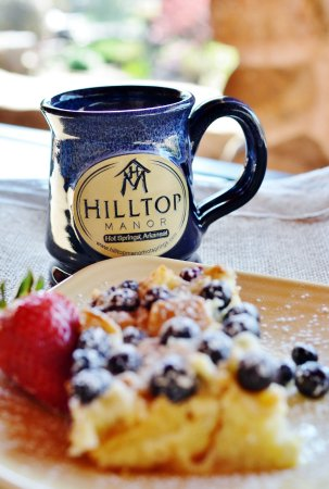 Hilltop Manor Bed & Breakfast: Breakfast on the front porch
