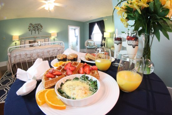 Hilltop Manor Bed & Breakfast: Breakfast in your suite